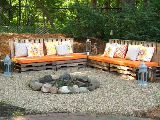 Rustic pallet benches for firepit area outdoors.  Great easy DIY idea!