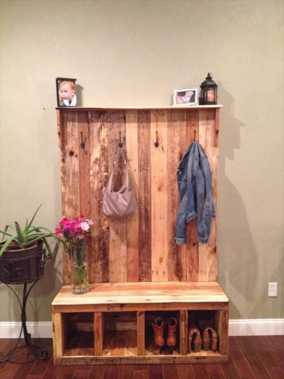 Pallet bench for foyer, entryway, or mudroom.  Looks like an easy DIY project - love the hooks for coats and jackets and the cubbies for shoes and boots.