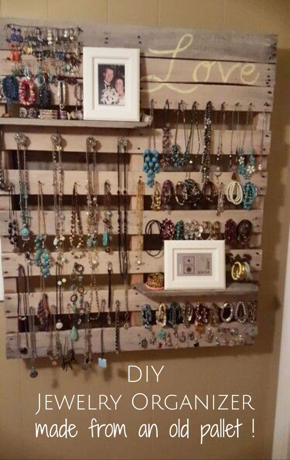 Pallet wood jewelry organizer for your wall - great DIY pallet project! #palletprojects #diyhomedecor #homedecorideas #diycrafts #livingroomideas #farmhousedecor #rusticdecorideas #houseideas #bedroomideas